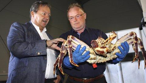 KRABBEKONGE OG STATSRÅD: Kongekrabbe er en populært eksportartikkel, men for tiden er tre av fire ansatte hos Norway King Crab Hub AS permittert. Konsernsjef Svein Ruud hadde besøk av statsråd Per Sandberg i fjor.