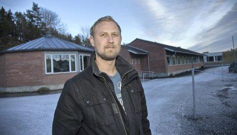 REAGERER: Andreas Brosø er glad for at politikerne tok tak og verner om Folkestad skole.