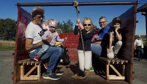 Koste seg: Både barn og voksne koste seg på Grytebakke gård i helgen.