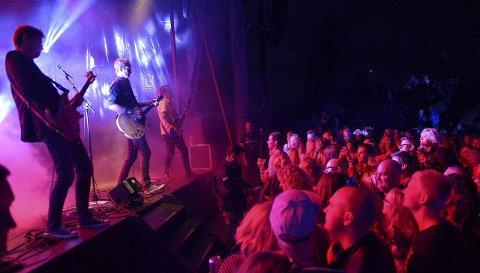 For fullsatt holme: Arrangementet på Seilerholmen utenfor Granholmen blir stadig mer populært og Postgirobygget spilte for hele 1500 publikummere i fjor. I år har du muligheten til å få stå på scenen sammen med dem.BEGGE Foto: Olaf Akselsen