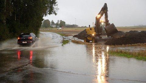 MYE VANN: Slammet som kommunen skal bruke på jordet ved Lingelemveien ble flyttet ettersom vannet tar nye veier.