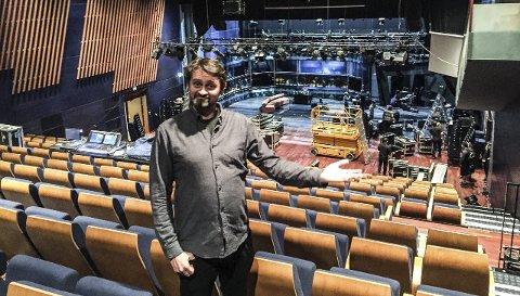 PÅ TURNÉ: Sammen med makker Harald Rønneberg er Thomas Numme nå på norgesturné med «Senkveld – live», som onsdag blir sendt fra Sandefjord. – Det går i litt av et tempo, men er også utrolig gøy, sier Numme, her fotografert eksklusivt for Sandefjords Blad i Bjørnsonhuset i Molde. FOTO: Anne Martha Leidland, tv 2