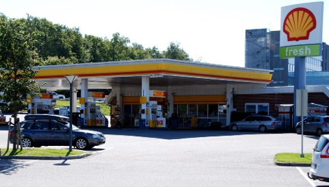 Russebussene ble sjekket ved Shell Fokserød bensinstasjon.