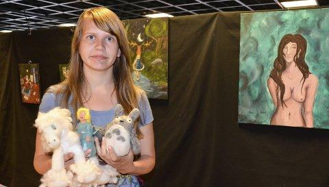 Første utstilling: Amalie Josefine Rove (16) holder i disse dager sin aller første utstilling. I juni kan et knippe av bildene, tegningene og filtfigurene hennes beskues på byens bibliotek.Foto: Linda Hansen