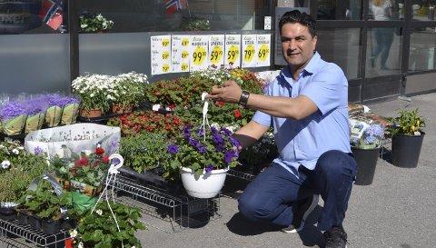 DAGLIG LEDER: Amin Amiri er fornøyd med mottakelsen han og den nye Jokerbutikken har fått i Sandefjord. Hver eneste dag, året rundt, skal han og de andre ansatte tilby kundene både blomster og fersk småbakst i tillegg til det vanlige dagligvareutvalget.