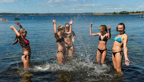 BADER: Venninnegjengen fra SVGS, Helena Samuelsen (f.v) Milla Steder, Helena Fure, Velina Lykke Olafsen og Frida Daler. De koste seg på stranda ved Vøra camping og tok seg et bad. Bildet er tatt tidligere i sommer.
