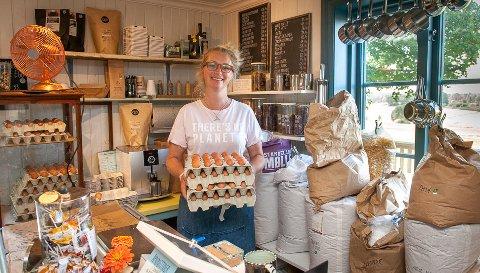 DAGFERSKE EGG: Thea selger mye egg fra egen produksjon i tillegg til økologiske varer i butikken sin.