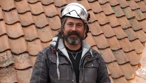 HÅNDVERKER: Sindre Nygård holder foredrag i Sandefjord om vedlikehold og restaurering av gamle bygninger.