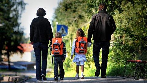 Små steg: 617 førsteklassinger har i dag pakket de oransje skolesekkene for første gang. De fleste går til Kurland skole, som har hele 89 elever i første klasse. På den andre enden av skalaen ligger Jelsnes skole, som tar i mot sju førsteklassinger.illustrasjonsfoto: jarl M. Andersen