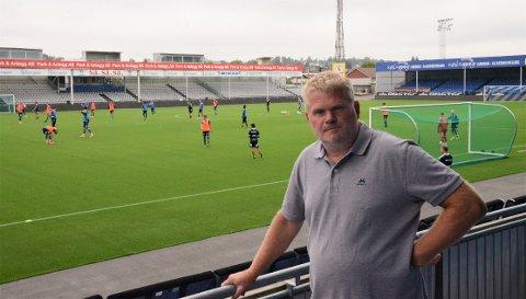 Knirkefritt: Virksomhetsleder for utbygging Lars Henning Olsen i Sarpsborg kommune, er godt fornøyd med alt som er gjort for å få på plass det nye kunstgressdekke på Sarpsborg stadion.