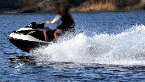 IRRITASJON: Både hytteeiere, badegjester og båtfolk opplever vannscootere som irriterende på grunn av høy fart og mye støy.