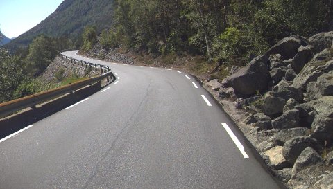 TRYGGERE: Riksveg 13 mellom Tau og Årdal i Rogaland har partier som trengs å gjøres tryggere, som her ved denne steinrøysa nær Tysdal. Foto: Statens vegvesen