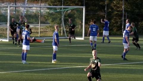 IMPONERTE: Ørjan Bjørlo spilte en imponerende god kamp mot Madla. Her jubler han etter å ha skutt et godt frispark som målvakt måtte gi retur på og Even Østensen satt i mål.