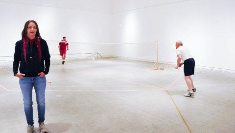 KUNSTPROSJEKT: «Mix double» har Siri Sandersen kalt sitt kunstprosjekt. I en uke, fra og med i dag, kan du spille badminton i Kunsthall Grenland.