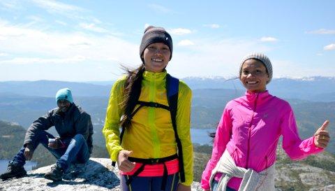 TIPP TOPP: Saovalak Gudbrandstuen har besøk av søsteren Siriwan fra Thailand. Søndag ble begge med Telemark Røde Kors og Telemark Tuistforening på tur. (Foto: Bjørn Sodeland)