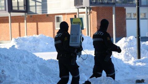 TRUSLER: Skiensmannen (42) er dømt for å true politiansatte tidligere og politiet har aksjonert mot boligen hans før. En av gangene møtte mannen dem med en machete.