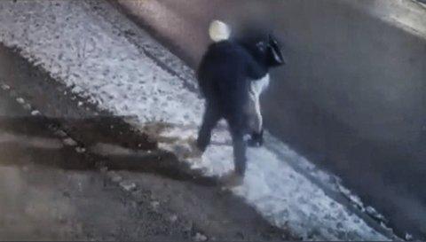 VOLDELIG?: Politiet er på jakt etter en mann med hvit lue som gikk i Storgata i Porsgrunn natt til 30. desember i fjor. Han er mistenkt for å ha stått bak grov vold mot en 41 år gammel mann. screenshot: politiet/ bearbeidet av tv 2