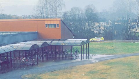 Politiet var tirsdag formiddag utenfor Porsgrunn videregående skole.  Foto: TA-tipser