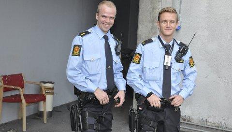 Ikke lenger: Paul André Carlsen (til venstre) og Ole Einar Landsverk ved Notodden politistasjon skal fra i dag av ikke lenger bære skytevåpen på hofta i tjeneste. Bildet er tatt i november 2014, da den midlertidige bevæpningen ble innført.