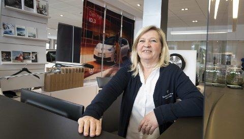 RESEPSJON: Hovedoppgaven er sentralbordet og kundemottak i resepsjonen, men jeg jobber også som salgssekretær med forsikring og registrering av biler, sier Monica Sandsdalen Roheim.