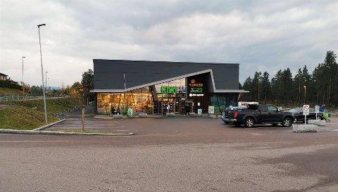 KORONASMITTEDE OPPSØKTE KIWI:  Har du vært på denne Kiwi butikken på Gomsrud/Gamlegrendåsen fredag ettermiddag, bør du kjenne etter om du har koronasymptomer  etter to smittede besøkte butikken. (Arkivbilde / NB: Bilene på bildet har ingenting med saken å gjøre.