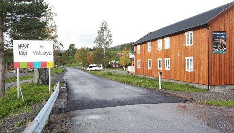 FRA GRUS TIL ASFALT: Halsa kommune har brukt en del penger på asfalt, noe som blant annet kom Valsøyavegen ved Valsøya Fjordcamping til gode.
