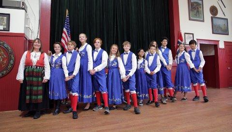Heidi Lee leder folkedansgruppa som blant annet danser for turistene, og da er hun kledd i nordmørsbunad. Ungdommene har på seg bunaden fra Petersburg.