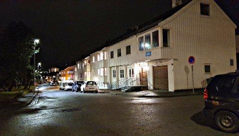 Bygget som tidligere huset Kristiansund menighetskontor ligger på enden av rekken i Konsul Johnsens gate. Bildet er tatt fra kirketrappa.