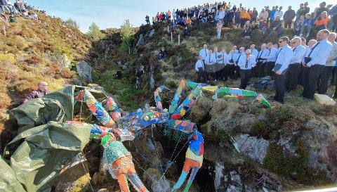 Symbol: – Krabbeskulpturen set fokus på mennesket si forsøpling av havet med seigliva plast. Dette er både naudsynt og bra. Men det vi kan kalle makroplast på avvegar, er berre eit delproblem som har kome til overflata, skriv Jon Ingvald Håbrekke. Biletet er frå avdukinga av skulpturen i mai.