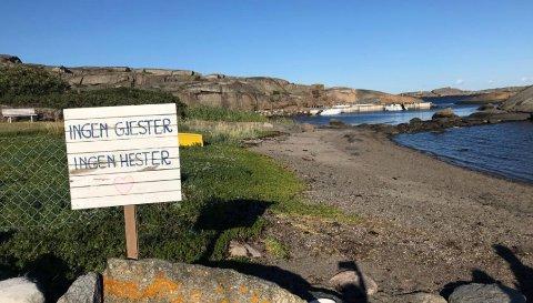 LEI AV HESTER: Hytteeieren er lei av at folk til hest rir over stranda når hun spiser frokost, og har satt opp et skilt der det står «Ingen gjester, ingen hester».