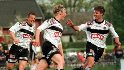 CUPMORO! Flint tar i mot eliteserielaget Strømsgodset i 1. runde i NM - akkurat som de gjorde i 1997. Her har Thomas Eftedal (i midten) akkurat scoret for Fint, mens Mads Thorén (t.v.) og Richard Otterbeck gratulerer.