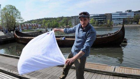 NORGES BESTE: Jerome Richter, bosatt i Barkåker, demonstrerer håndkleteknikk. Det er en viktig del av aufguss.