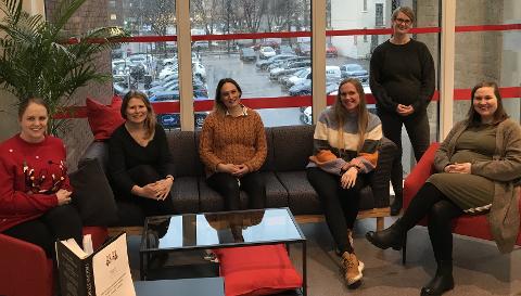 PERMISJON: Seks ansatte fra PPT i Tønsberg skal i 2021 ut i mammapermisjon. Fra venstre: Kristine Sørby, Karoline Aslaksen, Sandra Persson, Tina Nordbotten Skårdal, Camilla Hedström-Grahn og Mari Hjerpekjøn