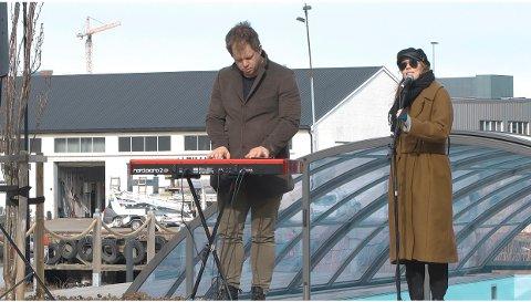 """FRILUFTS-KONSERTER: Det var musikerne: Lars Støvland og Pernille Øiestad  som nylig var """"ambulerende"""" konsertartister for Tønsberg kommune. De fire konsertene med dem slo godt an hos publikum."""