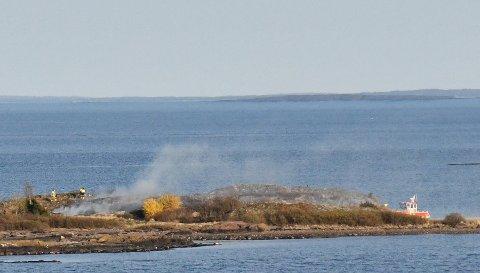 RYKKET UT: Brannvesenets mannskaper ute på Ormøy der de slukker en gressbrann.