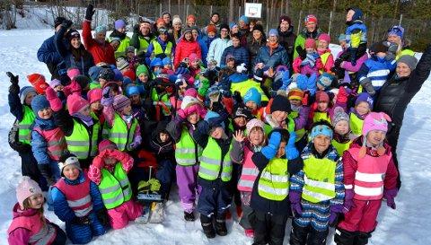 Uteliv: De fleste barna og de voksne som var samlet i Vestringsbygda for å markere Barnehagedagen.
