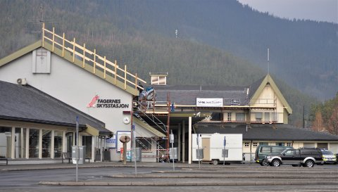 SKIFTES UT: I fjor ble takpappen over ventehallen på Fagernes skysstasjon skiftet ut. Nå skal resten av bygget tas.