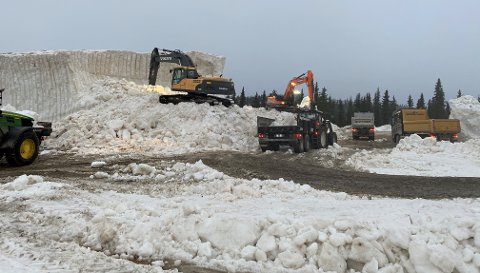 UTKJØRING AV SNØ: Siden mandag har arrangøren av årets Beitosprint arbeidet for fullt med å kjøre ut snøen som skal bli til fem kilometer konkurranseløyper på Beitostølen.