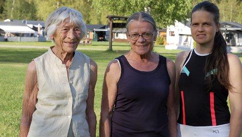 Vertskap i tre generasjoner: Inger Fossen driver koselige Fossen camping i Holdalsfoss sammen med datteren Kari og datterdatteren Guro.