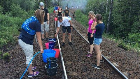 BRANNFARE:Fra slokking av skogbrannene langs Gjøvikbanen søndag 1. juli 2018 da bebyggelse på Rotnes var truet.
