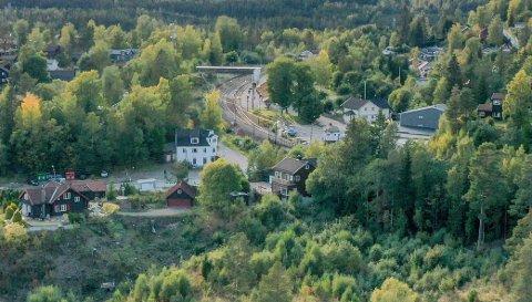 NOE MOTVILLIG: Enigheten om å stille kommunal garanti for ny undergang ved Tårnhuset (midt på bildet) var skjør. Men over sommeren går Bane Nor i gang med arbeidet.