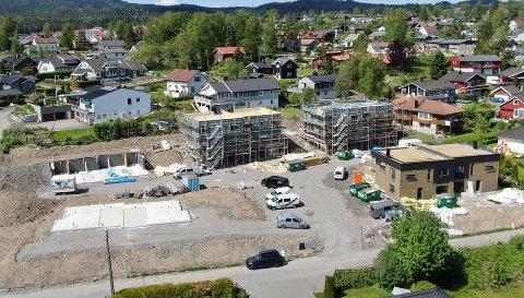 EPLEHAGEFORTETTING: På adressen Øvre Huseby 12 lå det en stor villa med svømmebasseng. Nå settes det opp fem tomannsboliger. Alle boliger ble solgt på kort tid. En bolig, i nybygget øverst til høyre i bildet, er nå lagt ut for salg.