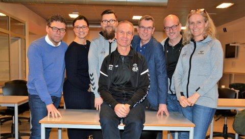 HÅPER PÅ HALL: Styreleder i Son HK, Erling Thorsen (foran) og styret i Son Håndballklubb; Terje Skarpnord, Kristin Berglund, Hågen Pettersen, Reidar Hermansen, Andrè Haug (vara) og Birgit M. Enghaug.