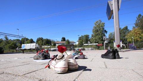 STERKT BUDSKAP: Fem eierløse sko sto ved Vestby stasjon i dag. Det for å markere verdens overdosedag.