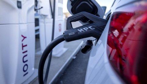 Alle som bor i sameie eller borettslag har nå rett til å få ladet elbilen sin.