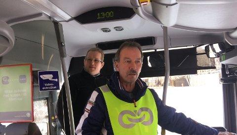 MANGE PERMITTERTE: Atle Fiskvik (nærmest), opplyser at 24 bussjåfører hos Trønderbilene i øyeblikket er permitterte.