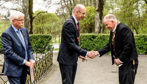 Ordfører Ola Nordal overrakte Falsenstatuetten til Gunder Skiaker, mens Oddvar Haga /t.v.) ventet klar med diplomet.