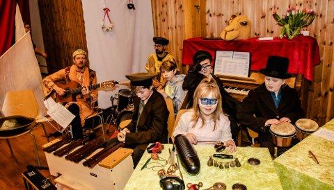 SIRKUSORKESTER: Sirkuset på Steinerskolen hadde et eget sirkusorkester som sørget for musikk til forestillingen.