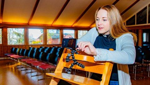 PÅ NETT: Kapellan og barne- og ungdomsprest Ingrid Ulvestad Øygard har nærmest fått datateknikken inn med morsmelken. Hun vet hvordan man overfører gudstjenestene digitalt.