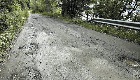 Elendig: Noen av de kommunale veiene i Tingvoll, som strekningen innover Ormsetstranda, er i en sørgelig forfatning, Det går også økonomisk ut over innbyggerne som bruker veien. Biler skades, og varer ødelegges.